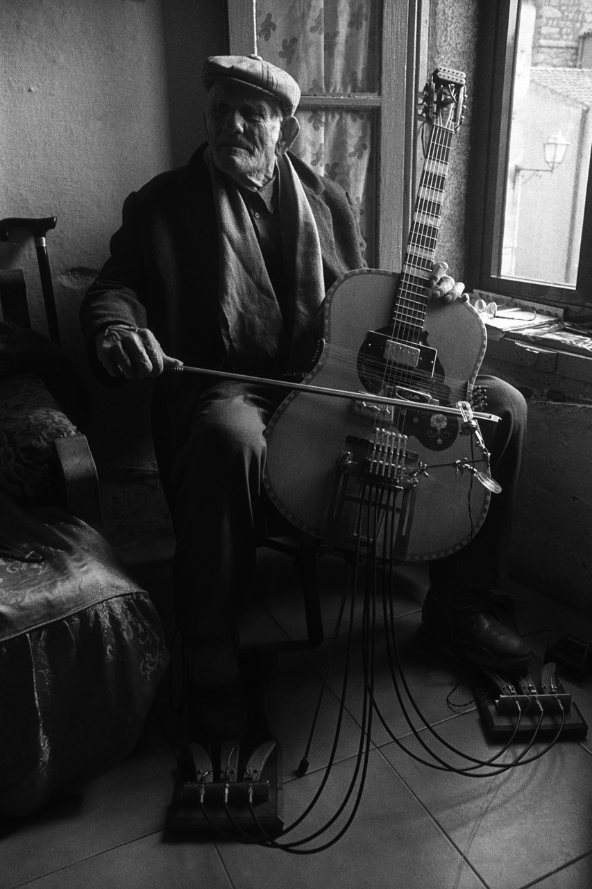 Giovanni Scanu plays Prepared Sardinian Guitar (Luras, 1998)