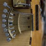 Corde Trasversali: piccola arpa a 8 corde usata con accordature aperte, un ponte mobile e una mano meccanica.