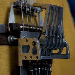 I martelletti, azionati meccanicamente attraverso 6 pedali (uno per corda), permettono di realizzare strutture ritmiche e linee di basso complesse.